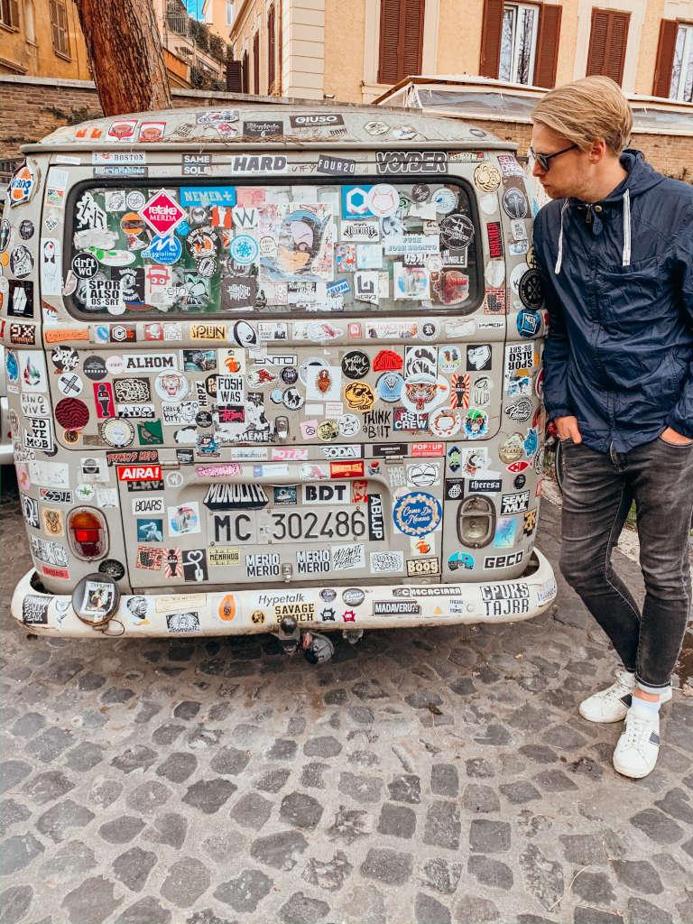 Auto mit Stickern