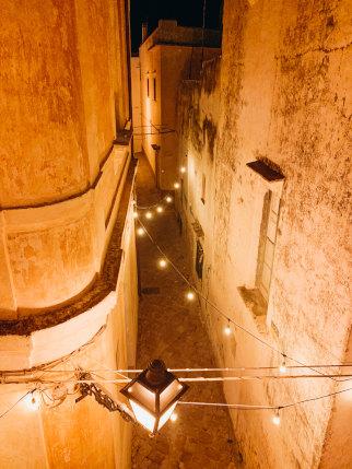 Eine Gasse in Matino in der Nacht