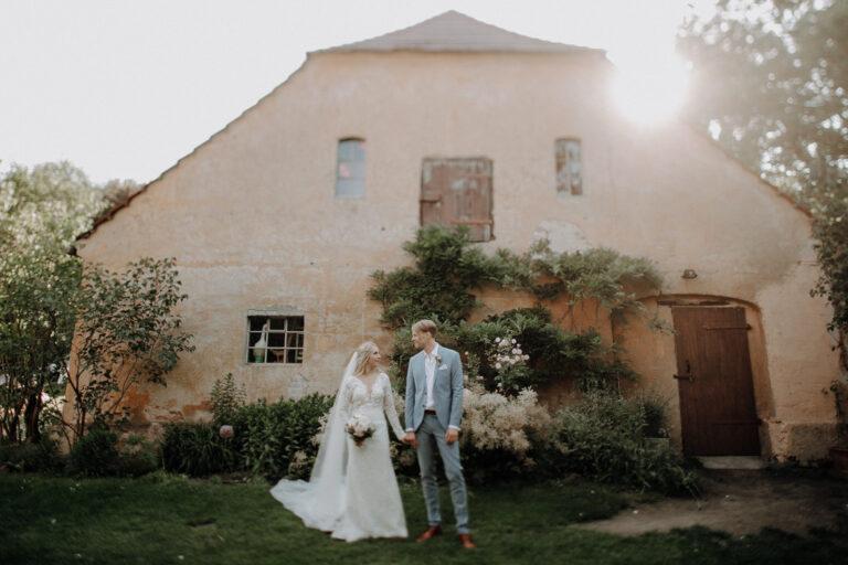 Bild eines Hochzeitspaares einer mediterranen Hochzeit auf Gut Wendgräben