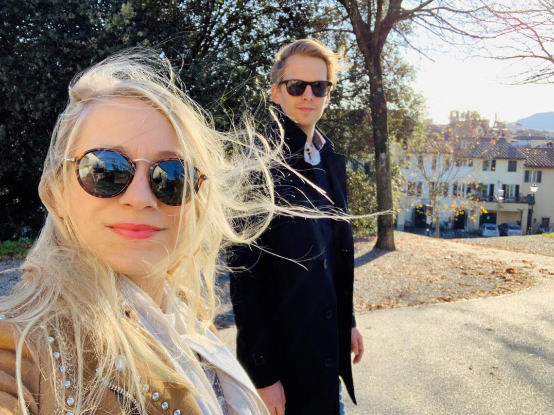 Ein Paar spaziert auf der Stadtmauer der italienischen Stadt Lucca