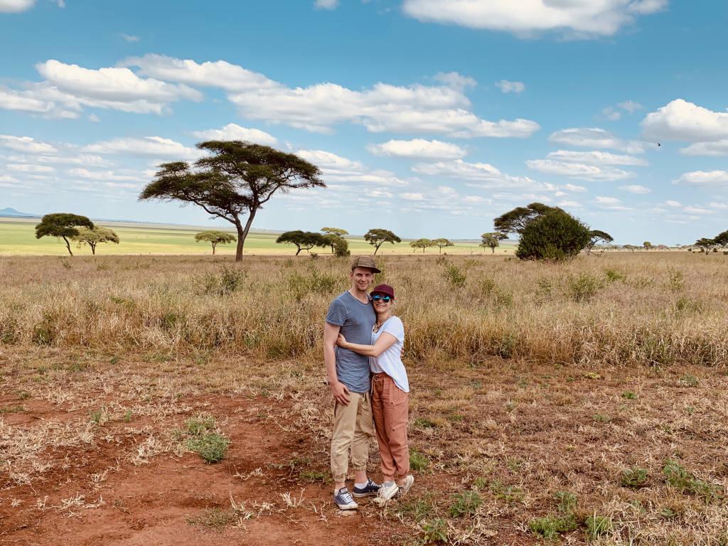 Ein Paar in der Steppe von Tansania