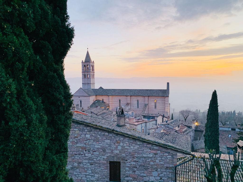 Kirche in Assisi in der Dämmerung