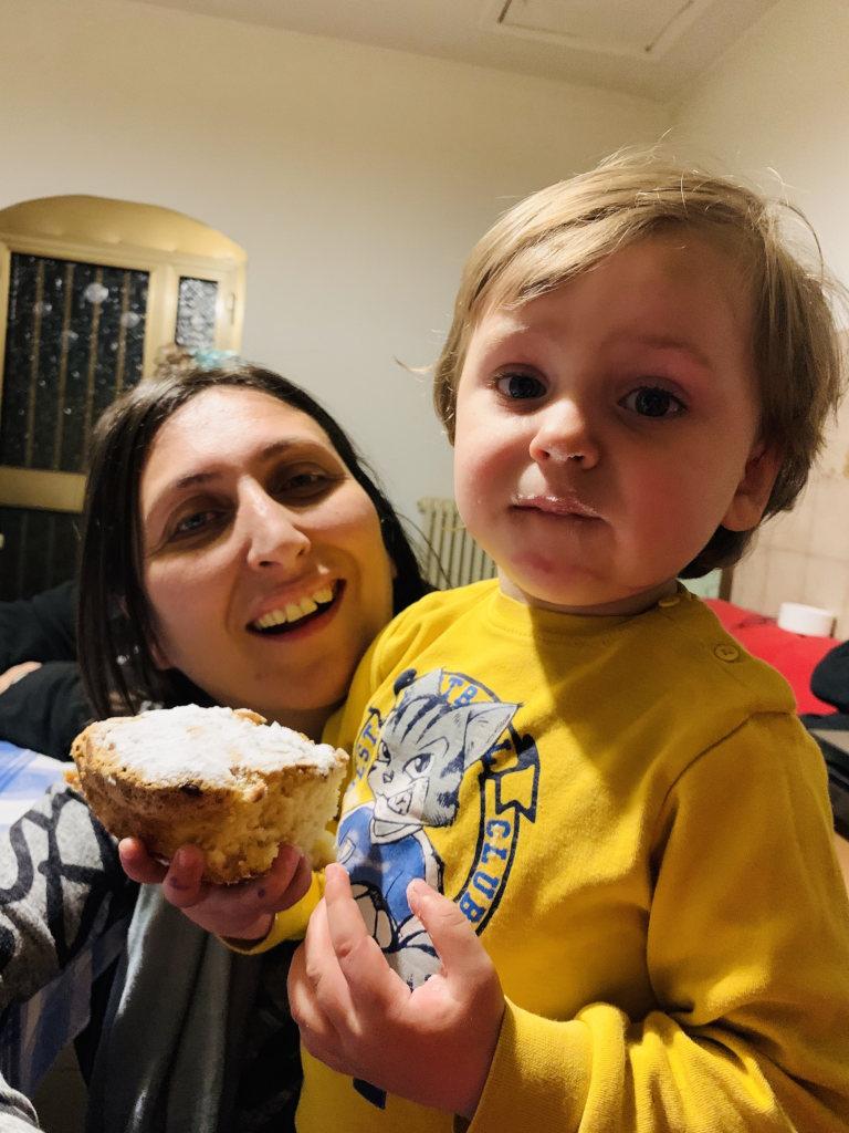 Junge ist riesiges Stück Kuchen
