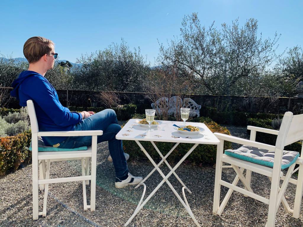 Lunch auf Terrasse in den Bergen der Toskana