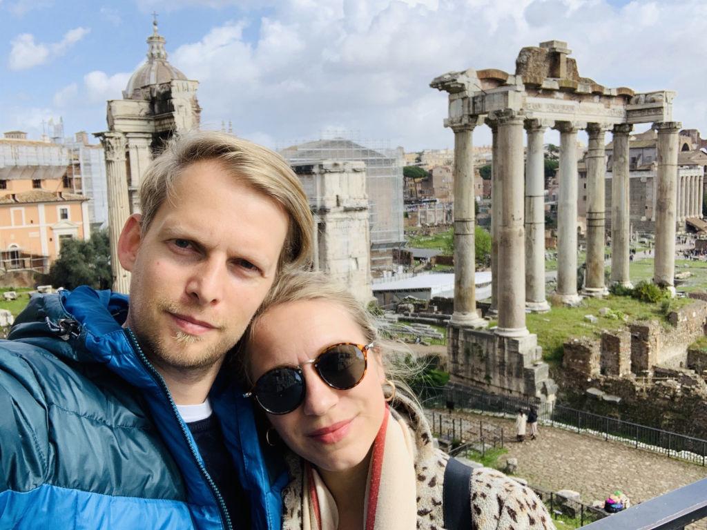 Paar vor dem Forum Romano