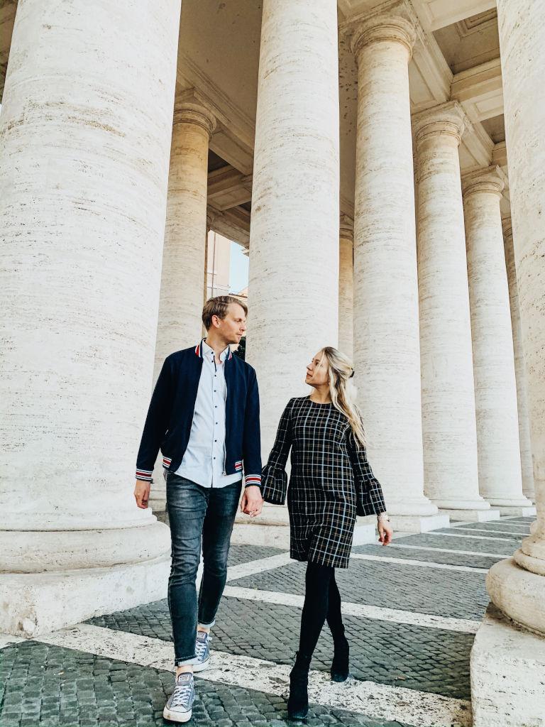 Zwischen den Säulen auf dem Petersplatz in Rom
