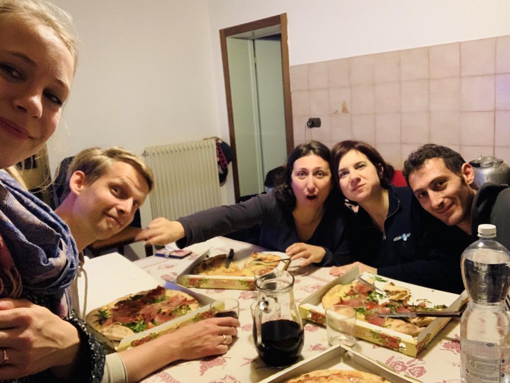 Pizza zum Abendessen in Italien