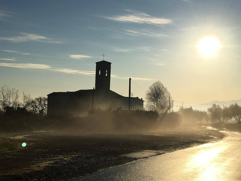 Kirche im Nebel bei Sonnenaufgang