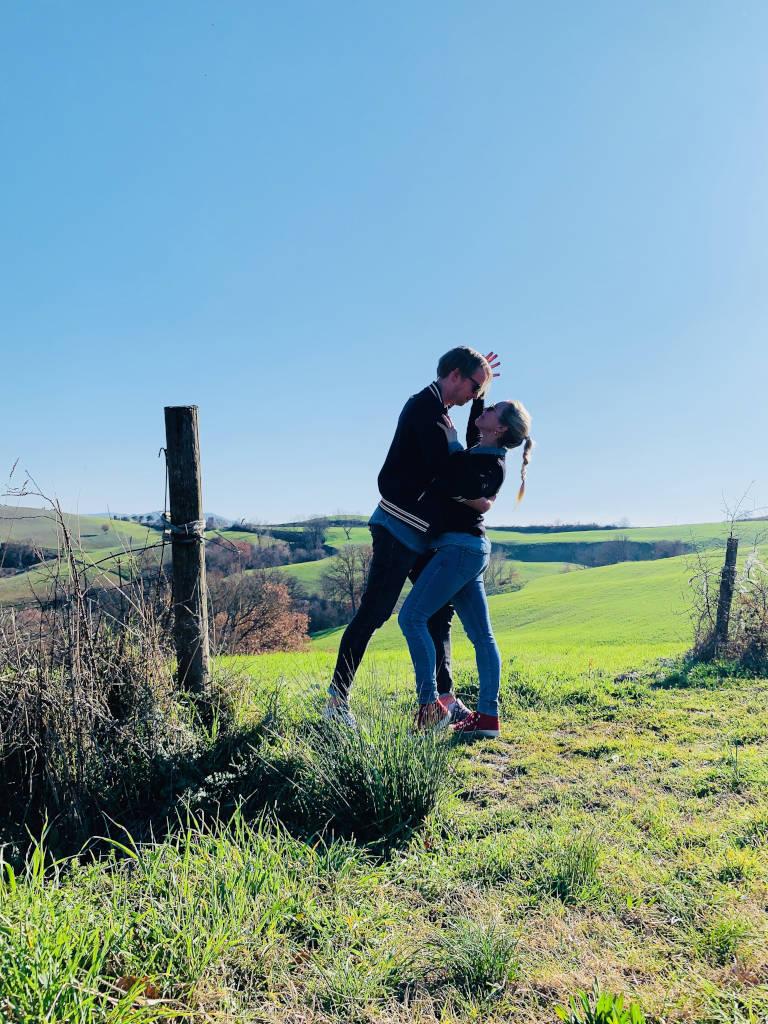 Paar tanzt zwischen den Hügeln der Toskana