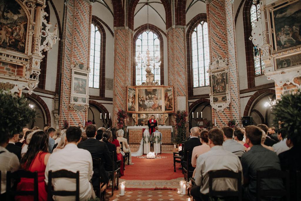 Trauung eines Paares in der St. Gotthardt Kirche in Brandenburg